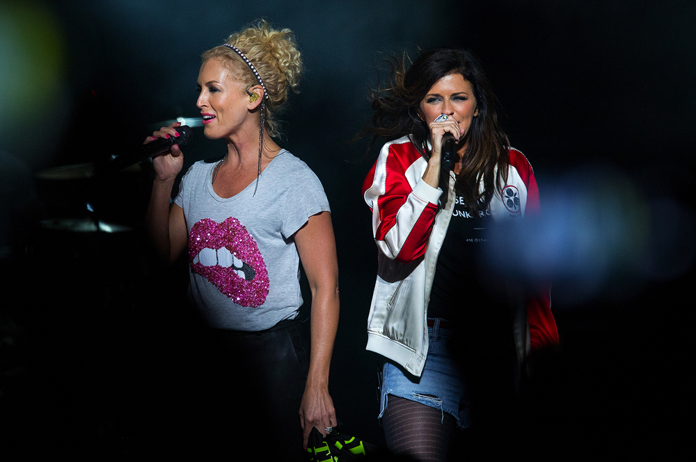 Kimberly Schlapman, left, and Karen Fairchild perform with Little Big Town during the Illinois State Fair Saturday, Aug. 20, 2016. Ted Schurter/The State Journal-Register