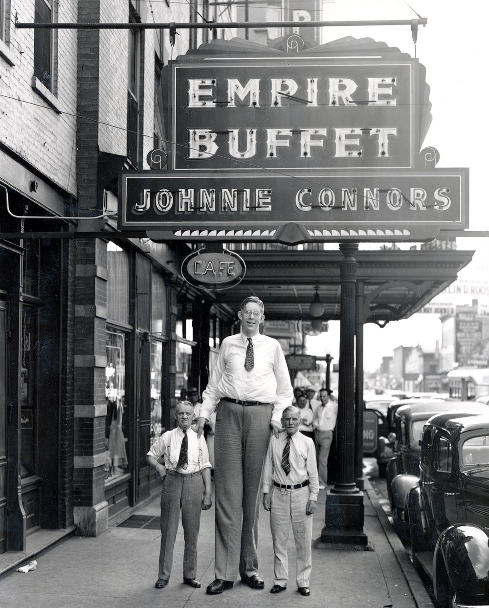 Robert Wadlow with Johnnie Connors, left, owner of the Empire Buffet at 422 E. Jefferson St., and unidentified man, August 1936. Credit: Abraham Lincoln Presidential Library