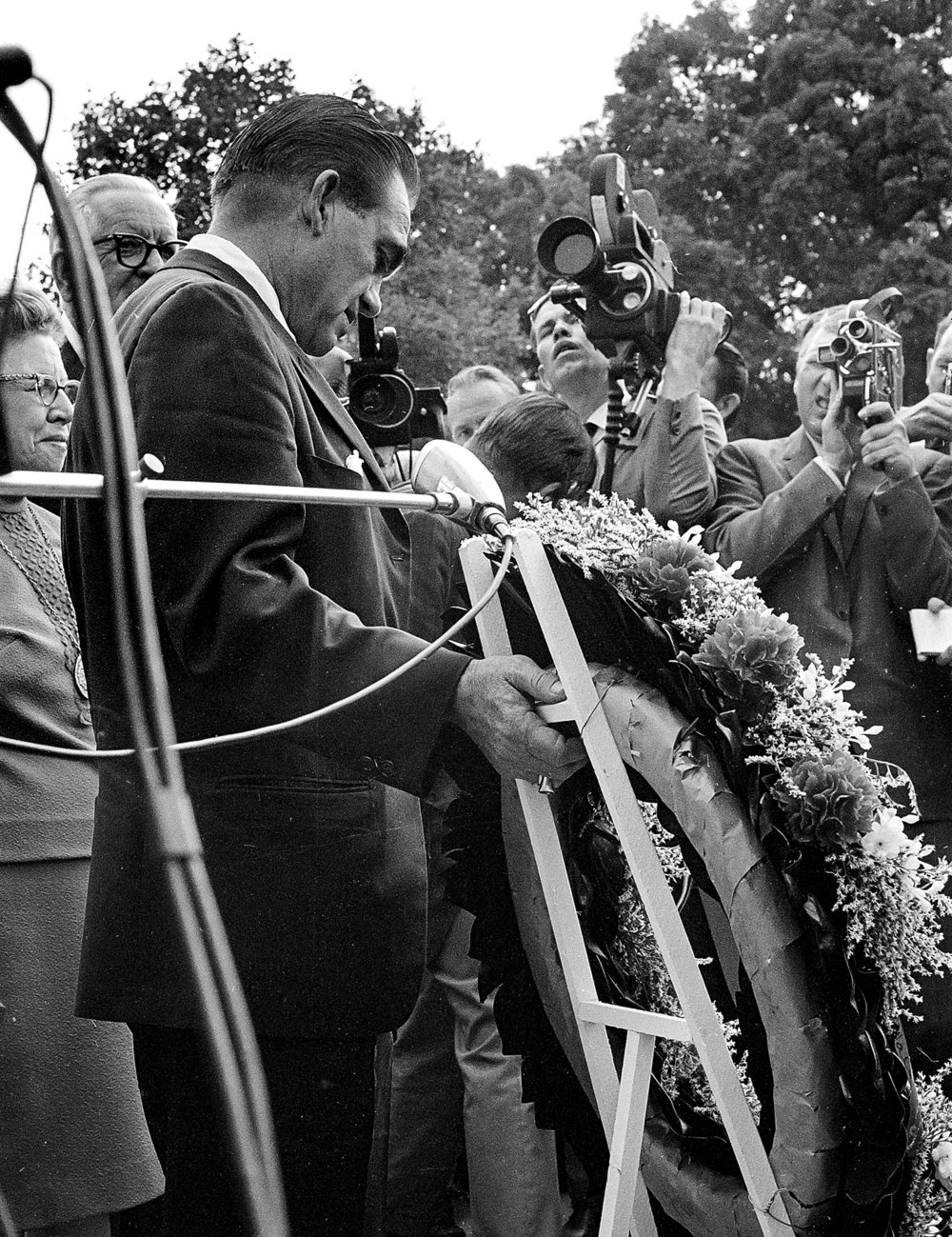 Former Alabama Gov. George Wallace lays a wreath outside Lincoln's Tomb in Oak Ridge Cemetery in Springfield Sept. 12, 1968. File/The State Journal-Register