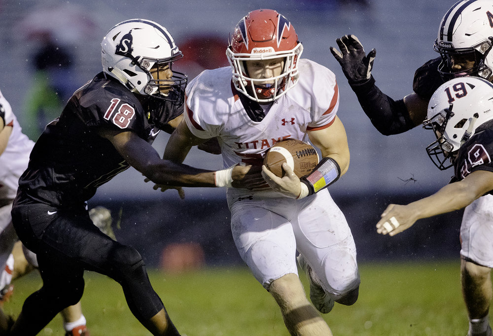 Springfield's Dylan Thomas closes in on Glenwood's Austin Schiff at Memorial Stadium Friday, Sept. 7, 2018. [Ted Schurter/The State Journal-Register]