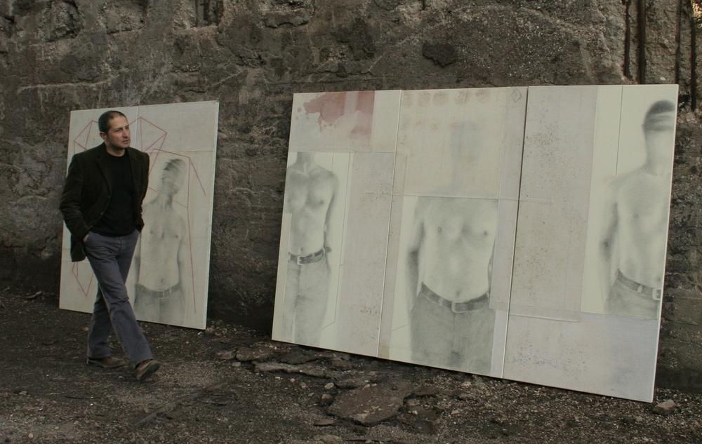 L' artista durante le riprese del documentario, Umberto Manzo, di Nina di Majo. Vicinodue opere del 2004, grafite su tela