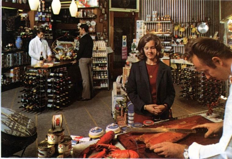 Een winkel vol primeurs en delicatessen.jpg