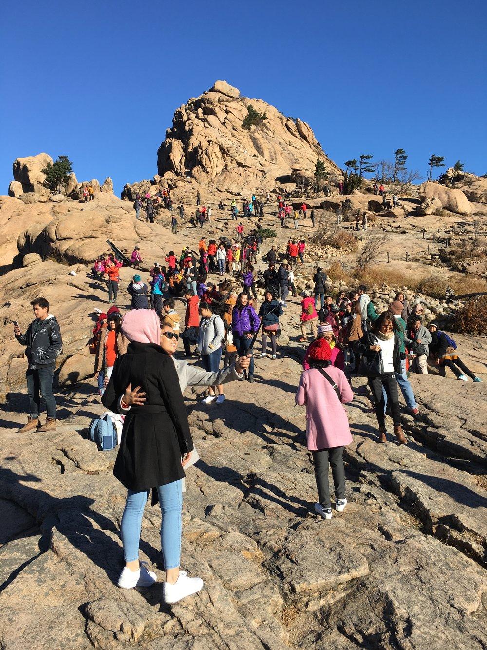 Crowds of tourists enjoying Seoraksan Mountain