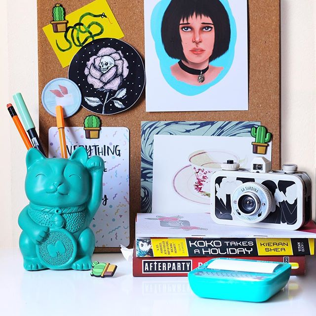 Not-that-messy #shelfie 📨 There's a new post on the blog about my current (tiny) desk setup 💻🎏 Even if you don't have that much space, it's good to at least try and make it look cute, don't you think? 🤓