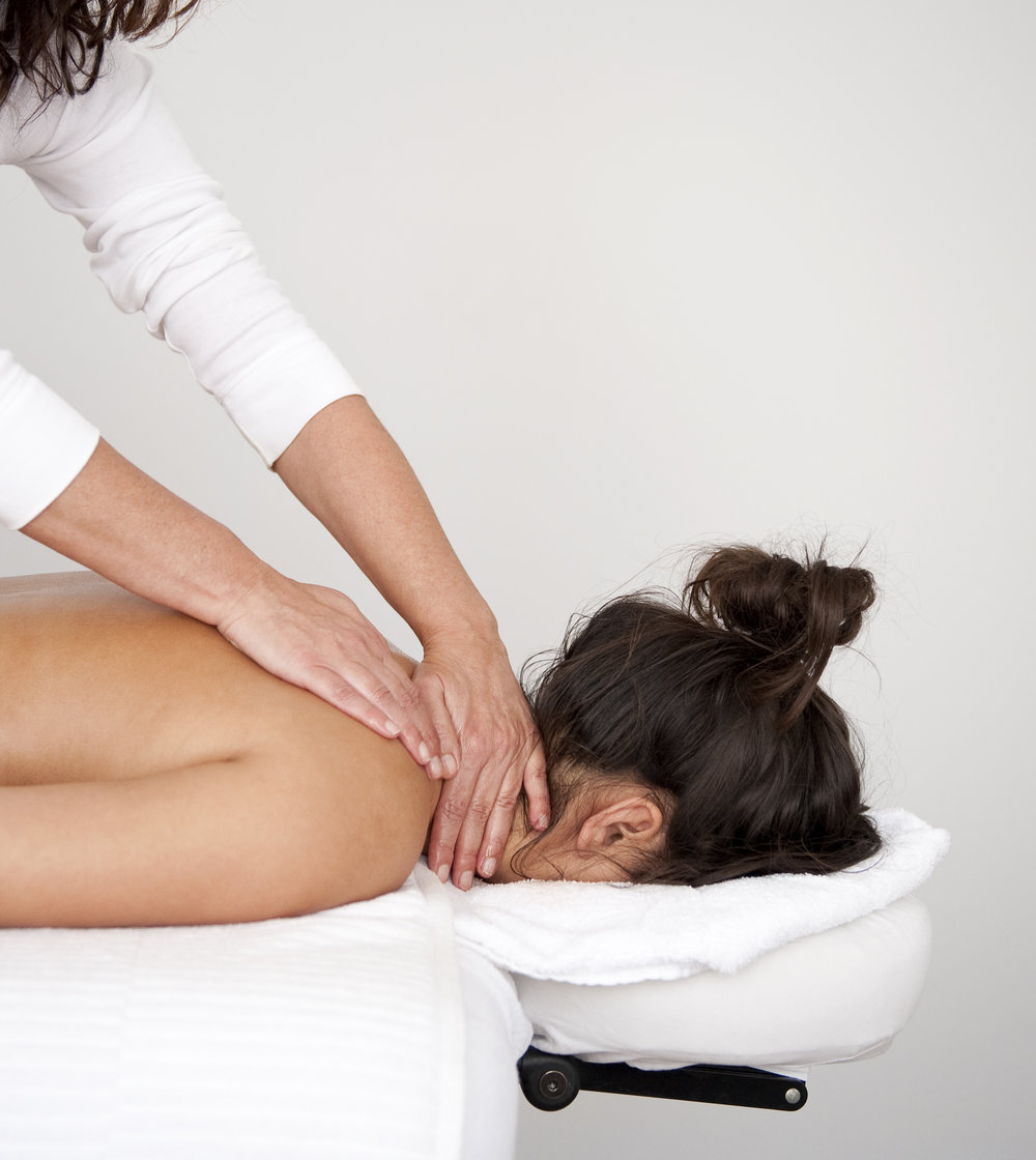 Massages - OntspanningsmassageEen ontspanningsmassage ondergaan is een aangename gebeurtenis en NUJY in Den Haag biedt je tevens een rustige en prettige omgeving. De beleving, het voelen en de ademhaling zullen centraal staan. Met een aantal ademhalingsoefeningen kunnen we de eventuele spanning die je voelt begeleiden. Intuïtief zal ik de druk van de aanraking aanpassen naar de spanning die voor mij voelbaar is in het lichaam. Deze stimulerende en ontspannende aanraking is een ondersteunende rol om jouw energieën weer vrij te laten stromen en je vrij te voelen in je lichaam. Tevens krijgt de bloedcirculatie een kans zich te herstellen. Naast het rustige en tevreden gevoel, werkt een ontspanningsmassage door op geestelijk gebied. De geest komt tot rust waarmee stress en lichamelijke klachten kunnen verdwijnen. Ontspanningsmassages worden altijd in combinatie gegeven met Reiki.VoetmassageDe voetmassage is een stimulerende massage voor de voeten waarbij de reflexzones en reflexpunten van de voet worden behandeld. Deze drukpunten staan in verbinding met onze lichaamsdelen en organen. Door de natuurlijke wijze van stimulatie kan een zelfgenezingsproces worden ondersteund. Een waardevolle aanvulling voor je geest en lichaam. Je voeten worden eerst verzorgd in een warm voeten bad, zodat je al enigszins kunt kalmeren. Vervolgens mag je plaatsnemen op de massagetafel en worden de voeten gescrubd met een fijne scrub naar keuze. Dan gaan we over naar de reflexmassage en krijgen de reflexzones en punten alle aandacht. Voor de extra ontspanning gebruiken we een heerlijk geurende etherische olie. Om de olie te verwijderen, worden je voeten in warme compressen gewikkeld. Extra verwennen doen we met een ontspannende en verfrissende lotion, waarna de voeten als nieuw aanvoelen.
