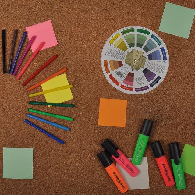 Знание, какие эмоции вызывают определенные цвета, может помочь вам сделать более прочную связь с вашими клиентами. Исследование Hallock показали, что потребители ассоциируют, например,  оранжевый, желтый и коричневый с дешевой или недорогой продукцией. Эти цвета также стали наименее любимыми в целом для старшего поколения. . Университет Миссури-Колумбия провели исследование, чтобы увидеть, как цвет логотипа влияет на эмоции потребителей к брендам. Они обнаружили: 💙 Синий – вызывает чувства уверенности, успеха и надежности 💚Зелёный – ассоциируется с прочностью, долговечностью, мужественностью и устойчивостью 💜 Фиолетовый - вызывается чувства женственности, гламура и очарования 💕Розовый - восприятие молодежи, воображения и модности 💛Желтый - восприятие удовольствия и современности ❤️ Красный – вызывает чувства опыта и уверенности в себе Цвета должны соответствовать тону и манере поведения вашего предполагаемого целевого рынка. Красный вызывает чувства опыта и уверенности в себе. Посмотрите вокруг, и вы увидите красный используется для знаков, для аварийных телефонов и пожарной сигнализации. . Возьмите эти же продукты и поменяйте красный на зеленый и вы заметите, что цвет начнет создавать совершенно иную атмосферу. Но помните, что генерируемые эмоции должны соответствовать их ожиданиям. . Цвет влияет на разных людей по-разному. При выборе цвета для упаковки обязательно обращайте внимание на пол, возраст и культуру вашего целевого рынка. . . . . #РэмосАльфа #упаковка #исследование #RemosAlfa #packaging #гофрокартон #впечатление #цвета