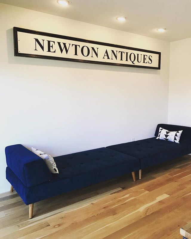 Friends downsizing = great antique sign for this pair of @westelm sofas and a couple of @carriercollective pillows  #westelm #carriercollective #antiques #modernfurniture #interiorstyled #design