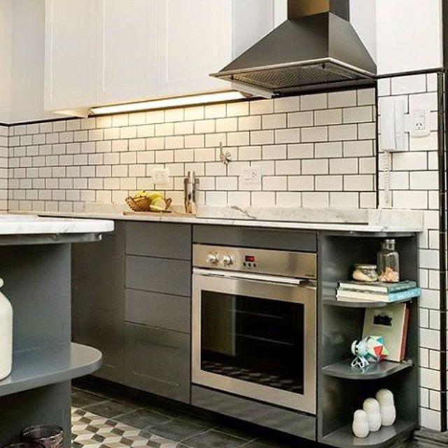 Repost @basedenargentina #kitchendesign #modernkitchen #greycabinets #glemappliances #marble #subwaytiles @jackierios