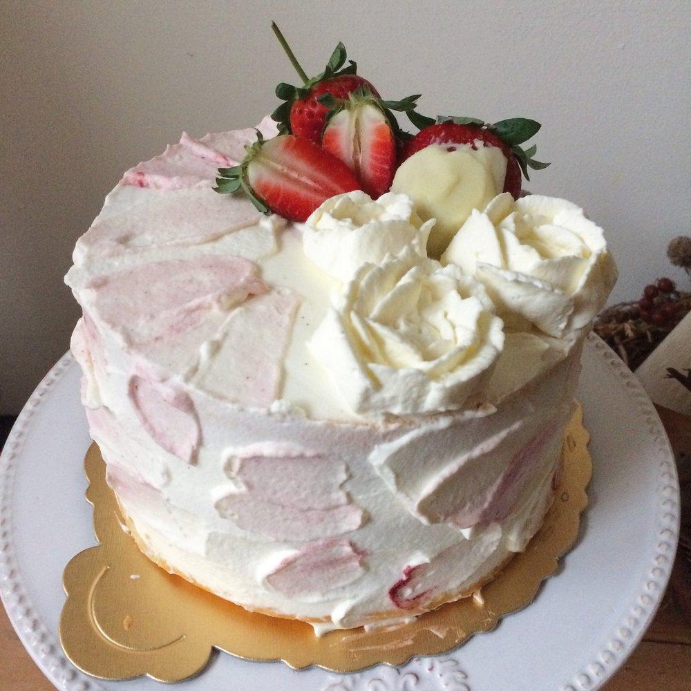 有人說,擠花和抹奶油是一件幸福療癒的工作...為了節省時間,我們把伯爵戚風準備好,大家可以為了情人,專心的抹上一點粉彩,裝飾上白巧克力草莓...為了心愛的他/她...準備一款粉嫩的情人節蛋糕!