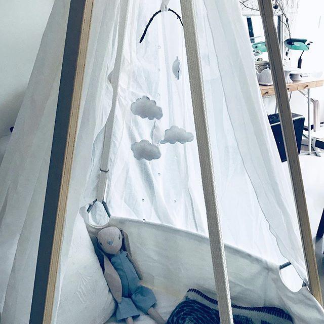 白色的小小雲朵,是爸媽的小小心意😌 ☁️☁️☁️ 37W擠乳人生預備開始⋯擠了半天僅僅5cc....😭😭😭 5cc至於嘛⋯吼 相隔5年再次回到擠乳人生⋯希望下週別再次在醫院暴走😆 #leandercradle  #鹿兒島睦  #zarahomekids #lapuankankurit