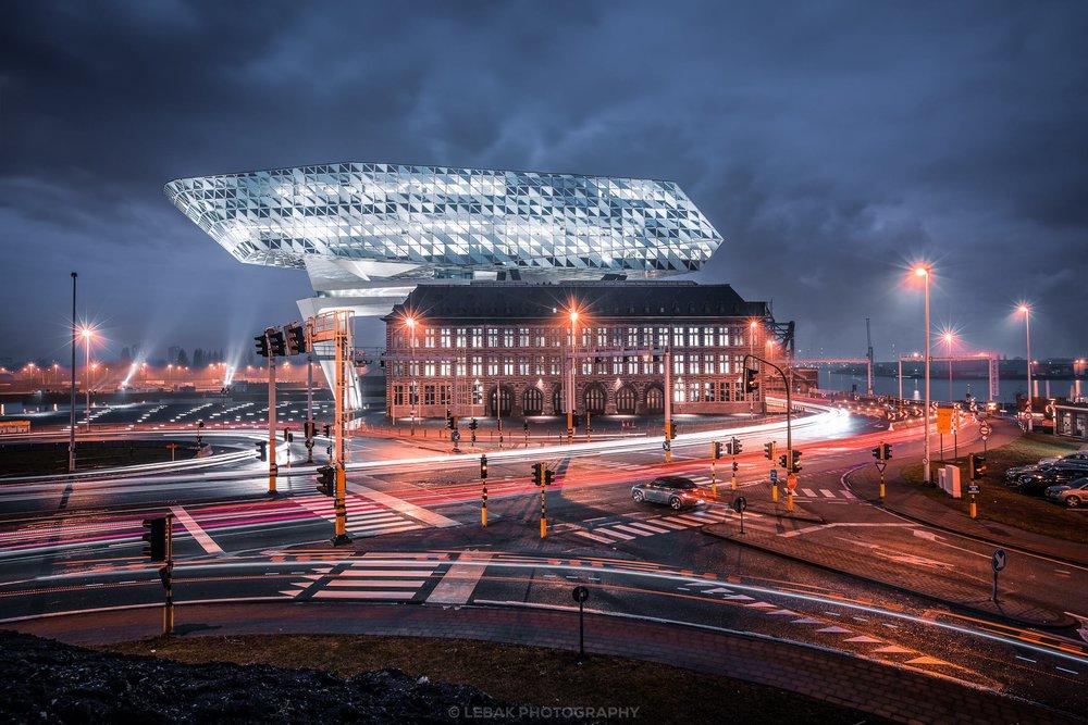 斯凱爾特河附近的Havenhuis,類似於一艘海輪的形狀,它有一個多面的反光立面和創新的LED照明,可以處理獨特和不規則的建築形狀。