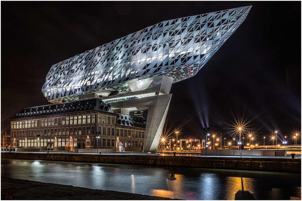 總部提供多層建築天花板上使用的燈具,以及來自銳高的固定裝置的模塊化線性LED光引擎,這些固定裝置具有不同的幾何形狀,幾何直角以及不同的尺寸作為辦公室。  遊客可以欣賞安特衛普港的景觀,並有500人左右的辦公空間。
