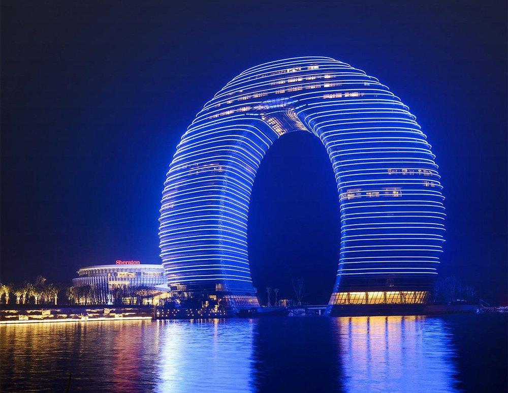 奢華的環形27層建築LED大樓,引用了傳統的拱橋和古代的水墨畫技法,透過中國古典建築元素與新潮前衛的理念相結合後,碰撞出美麗火花,讓建築融入湖光山色的美景。