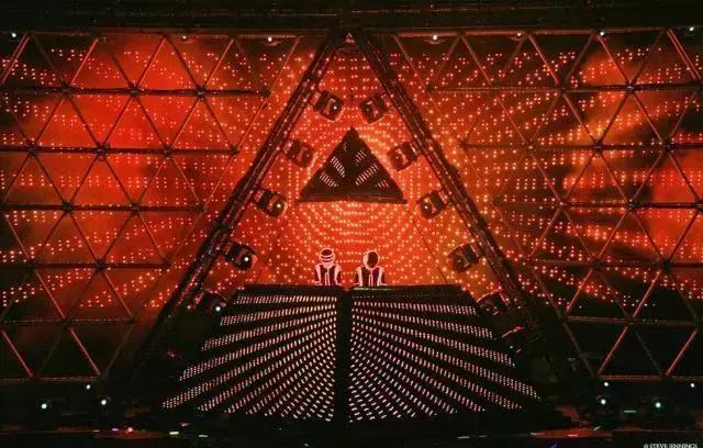 特徵:24英尺高,佈滿LED的光束和屏幕的金字塔。