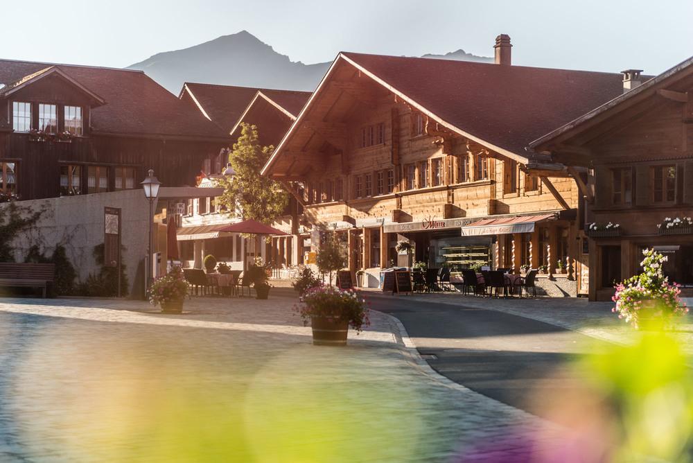 Unsere Bäckerei & unser Bistro existiert seit über 100 Jahren! Wir befinden uns mitten im Dorf von Saanen.