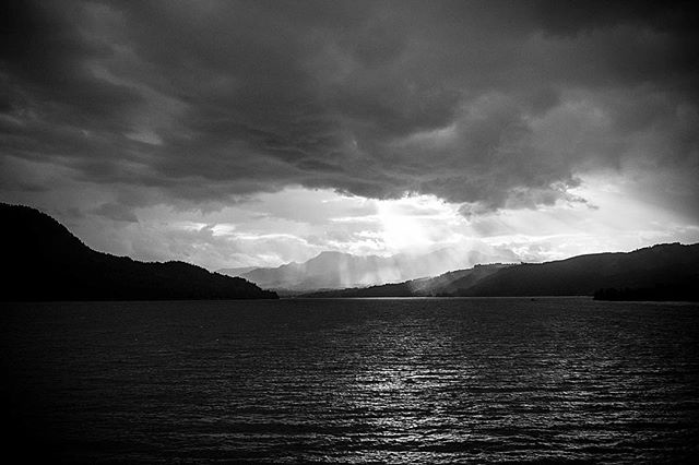 My next B&W #throwback is a shot of the Columbia river from a seat on Amtrak's Empire Builder line, Portland, OR to Chicago. It was an amazing ride and was the culmination of #kwadventureweek ... I will never forget the views from the train that first evening as we wound our way along beside the river. • • • • #travel #kmwfoto #amtrak #empirebuilder #columbiarivergorge #blackandwhite #nature #sunset