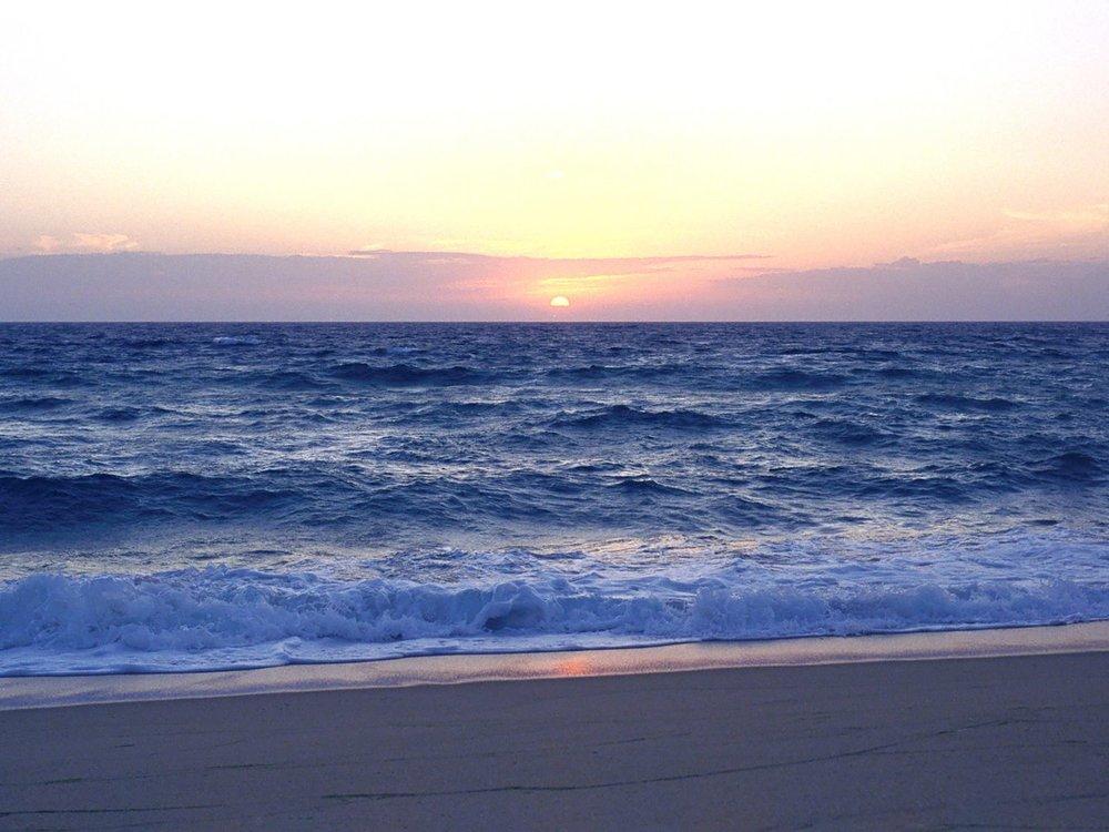 Edenpics-com_002-029-Plage-avec-un-coucher-de-soleil-et-des-vagues-de-l-Ocean-Atlantique-Portugal-La.jpg