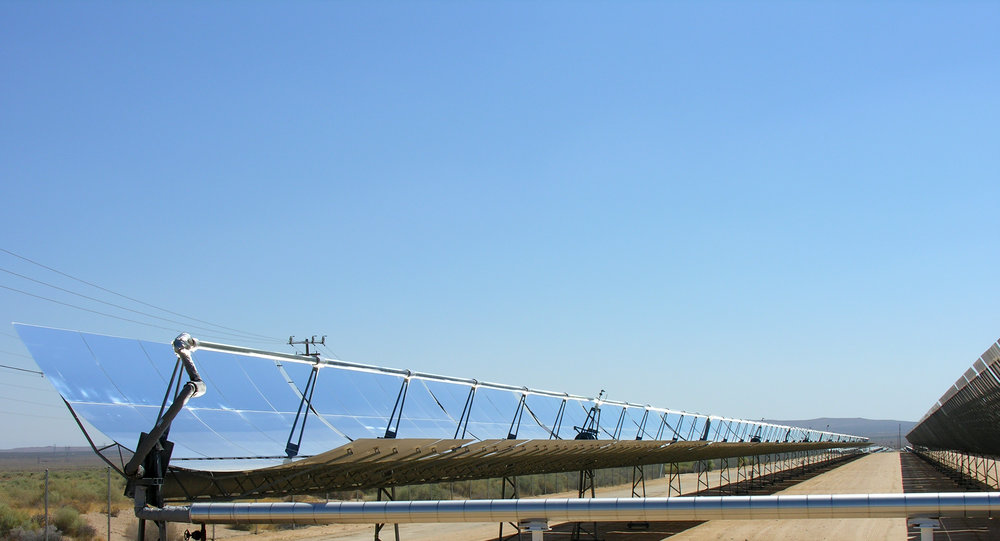 https://upload.wikimedia.org/wikipedia/commons/3/30/Parabolic_trough_solar_thermal_electric_power_plant_1.jpg