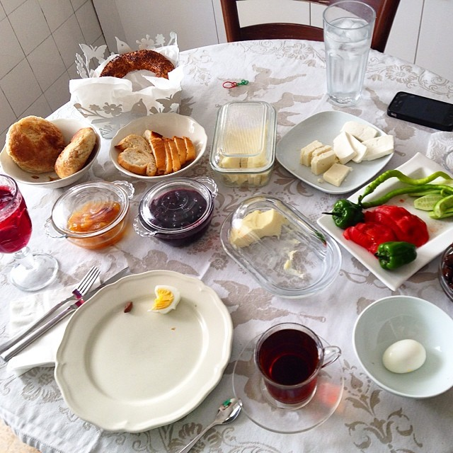 My #turkish morning breakfast in #izmir this is very refreshing—all jams, butter, cheeses, and juices are house made, nothing artificial or processed on this table. #natural #delicious (at Alsancak)