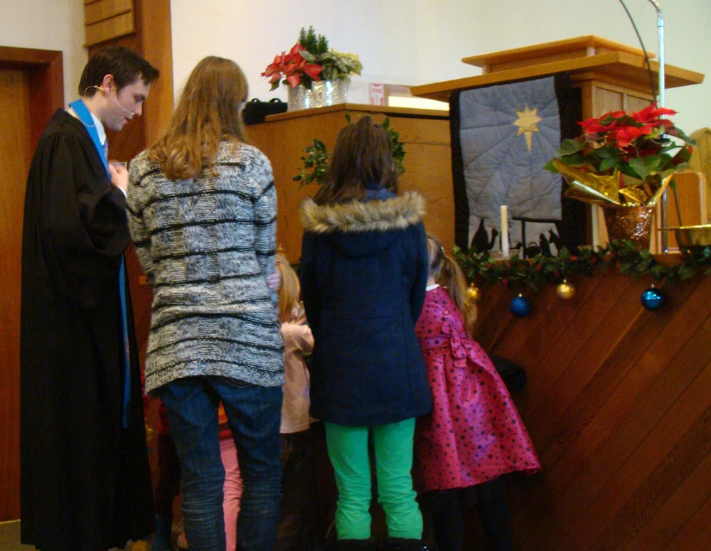 children at manger 1.jpg