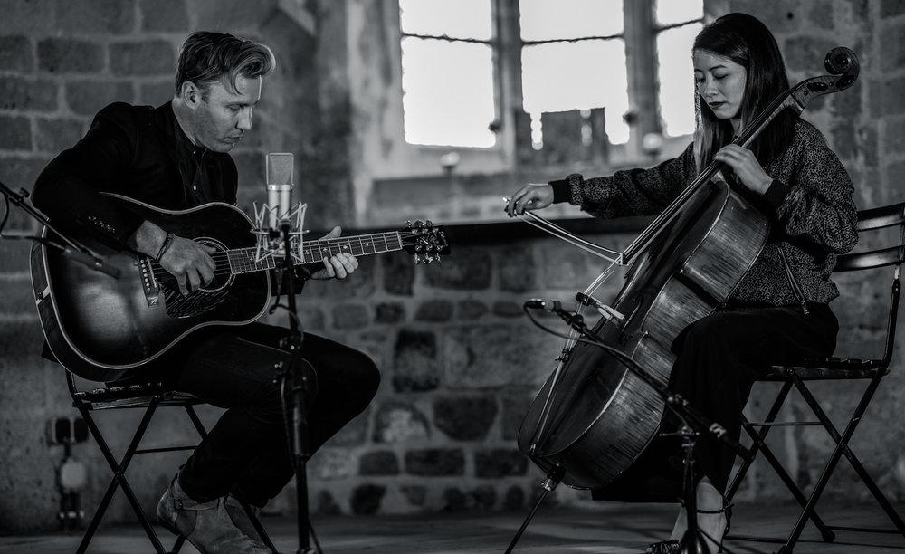 Paul-Freeman-closer-still-cellist-The-Wong-Janice-sint-nicolaaskapel-valkhofkapel-nijmegen-photo-by-marjoleinn-dutch-roamer-3.jpeg