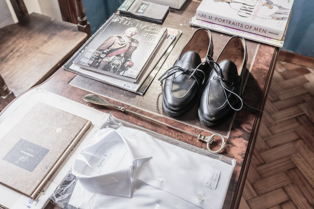 After working in various parts of the world and also with his grandfather, the famous tailor, Ayres Carneiro da Silva, Gonçalo Ayres returned to Porto, his hometown, what allowed him to feel close to the production and materials, providing a better service to suit his customers.