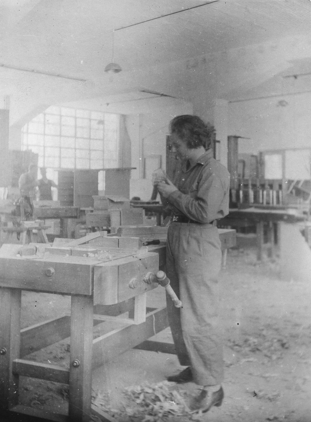 Bauhaus student in the joinery of the Bauhaus, photo: Edmund Collein, 1928–1929
