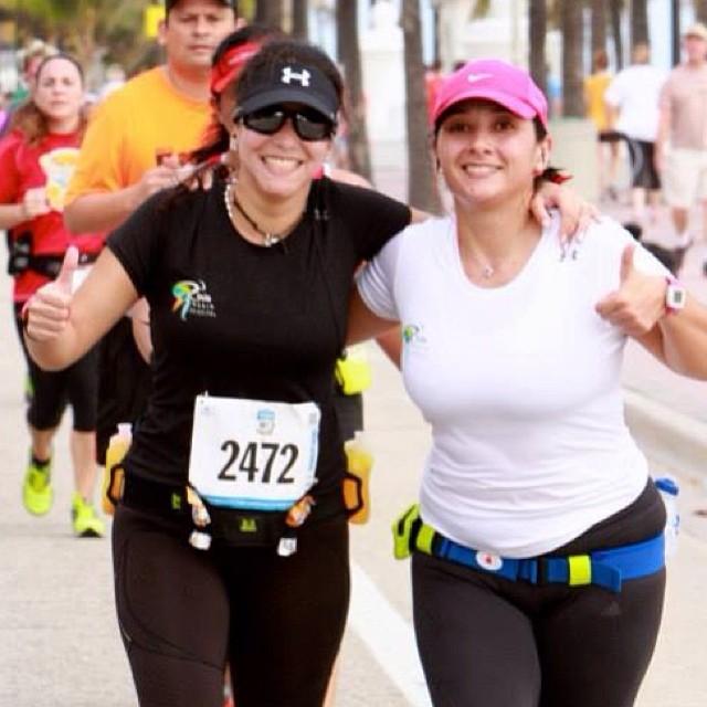 A punto de llegar a la meta!!! @moniroa  😎#ofcourseyoucan  (at All State Life Insurance Half Marathon)