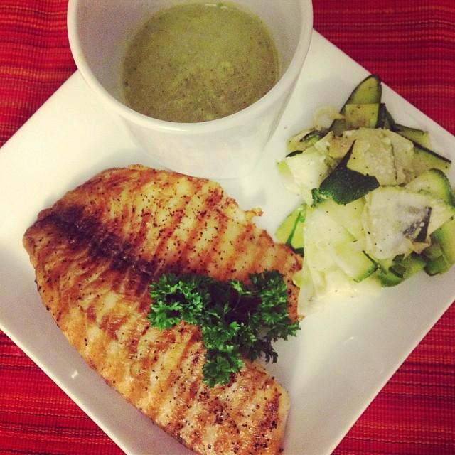 Esto fue lo que cene anoche: pescado a la plancha con pasta de zucchini y crema de brocoli 😍😍😍 Diox!!! Demasiado bueno!!! Gracias @healthynfit26 que apareciste en mi vidaaaaa!!!! Jajajajajajajaja suena melodramático… Pero que rico y saludable estoy comiendo… Y sin tener tiempo de cocinar!!! Lo maximooooo!!! #riniemarin #spinning #spinningmiami 😎 #ofcourseyoucan