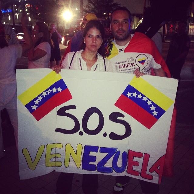 Seguimos apoyando!!! Venezuela #resistencia!!! Llego la hora de recuperarte!!! Estudiantes y pueblo valiente que sales a la calle a hacer sentir tu voz!!! Sigue en la lucha!!! Sigue que aqui estamos!!! #somostuvozvenezuela  #soytuvozvenezuela #soyvenezolano #sosvenezuela #prayforvenezuela #fuerzavenezuela #lasalida #llegolahora #laluchasigue #venezuelasomostodos #venezuelacomoteextrano #venezuelatequierolibre #elquesecansapierde @venezolanosenmiami @venezuelalucha @venezuelaxti