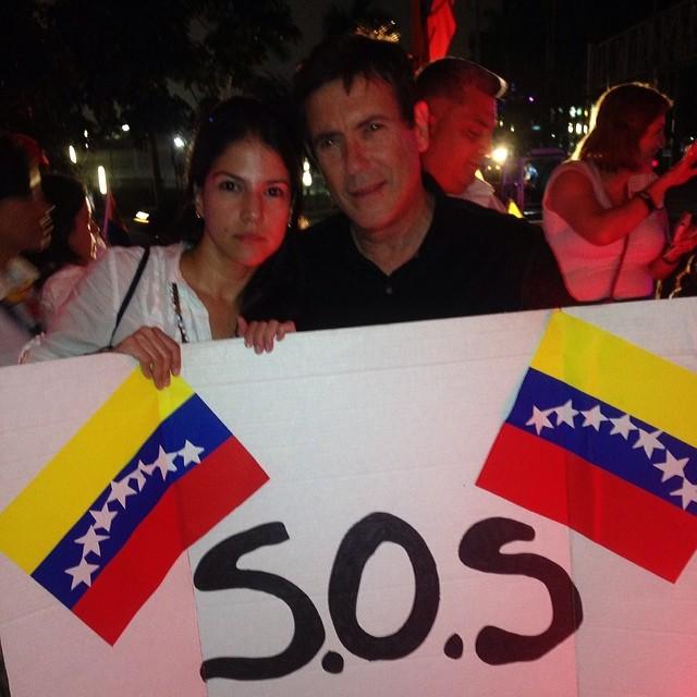 Con @carlosmata como Venezolano dando tu apoyo!!! Aquí estas Venezuela!!! Lejos… Pero presente!!! Venezuela #resistencia!!! Llego la hora de recuperarte!!! Estudiantes y pueblo valiente que sales a la calle a hacer sentir tu voz!!! Sigue en la lucha!!! Sigue que aqui estamos!!! #somostuvozvenezuela  #soytuvozvenezuela #soyvenezolano #sosvenezuela #prayforvenezuela #fuerzavenezuela #lasalida #llegolahora #laluchasigue #venezuelasomostodos #venezuelacomoteextrano #venezuelatequierolibre #elquesecansapierde @venezolanosenmiami @venezuelalucha @venezuelaxti