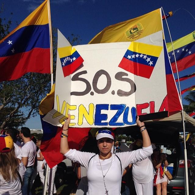 SOS VENEZUELA!!! #lasalida #llegolahora #laluchasigue #venezuelacomoteextrano #venezuelatequierolibre #comomeduelesvenezuela #soyvenezolano #soytuvozvenezuela #somostuvozvenezuela #sosvenezuela #prayforvenezuela #elquesecansapierde  (at JC Bermudez Park Doral)