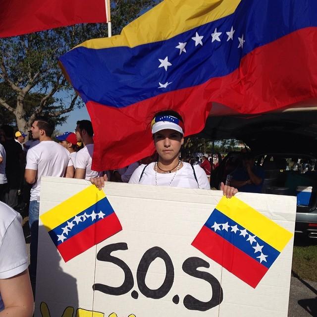 El mundo tiene que saber lo que esta pasando en nuestro país!!! Y esa es nuestra misión… Ser tu VOZ VENEZUELA!!! #lasalida #llegolahora #laluchasigue #venezuelacomoteextrano #venezuelatequierolibre #comomeduelesvenezuela #soyvenezolano #soytuvozvenezuela #somostuvozvenezuela #sosvenezuela #prayforvenezuela #elquesecansapierde  (at JC Bermudez Park Doral)