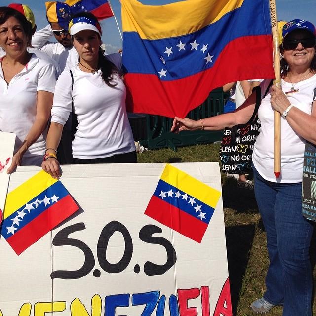 No podemos dejar de apoyar a los valientes Venezolanos que lo están dando todo en Venezuela!!! #lasalida #llegolahora #laluchasigue #venezuelacomoteextrano #venezuelatequierolibre #comomeduelesvenezuela #soyvenezolano #soytuvozvenezuela #somostuvozvenezuela #sosvenezuela #prayforvenezuela  (at JC Bermudez Park Doral)