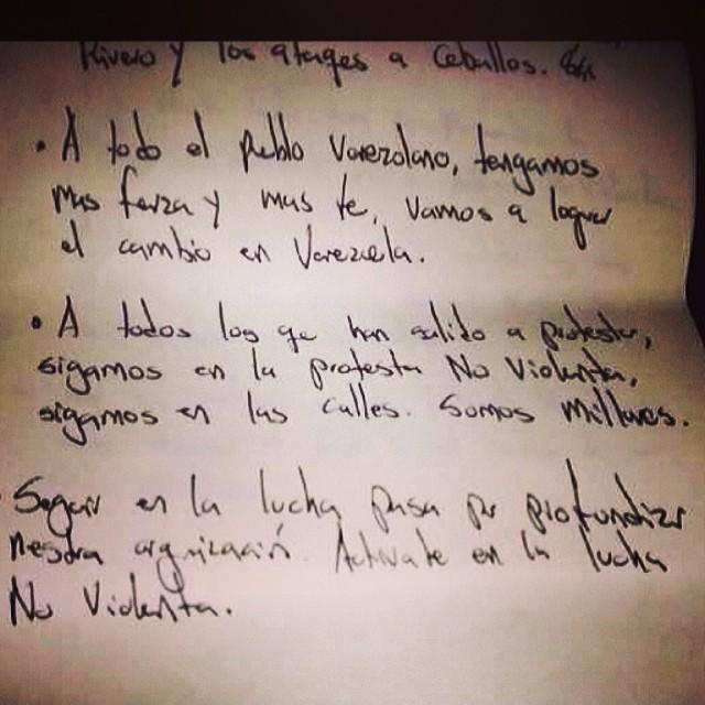 Dándonos animo y apoyo la persona que entrego su libertad por el sueño de todos!!! La libertad de Venezuela!!! NO TE RINDAS!!! La Protesta es en la calle sin violencia!!! #lasalida #llegolahora #laluchasigue #venezuelacomoteextrano #venezuelatequierolibre #comomeduelesvenezuela #soyvenezolano #soytuvozvenezuela #somostuvozvenezuela #sosvenezuela #prayforvenezuela #elquesecansapierde
