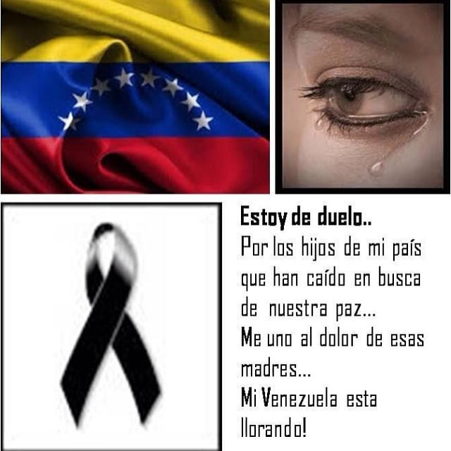 Que me llamen como les de la gana… Pero saben que ME DUELE VENEZUELA… Y cuando hablo de VENEZUELA no me refiero a la destrucción de las calles o edificios… Y si quemaron una acera o si partieron el vidrio de un local… Me refiero a su GENTE… A mi gente… Que esta siendo maltratada, encarcelada, ACECINADA simplemente por protestar contra ese gobierno que lo UNICO que ha sabido hacer y muy bien es robarnos, enriquecerse, hacernos mas pobres, herirnos y matarnos… Y todo para que… Para seguir en el poder y seguirse enriqueciendo ELLOS y toda la cuerda de enchufados que algún día pagaran todo el daño que han apoyado por avaros… Estoy harta de esta situación… De ver como nuestros jóvenes lo están dando todo… De como el pueblo esta despertando… Pero aun hay gente indiferente… De ver como cada vez somos mas los que pedimos ayuda internacional y son muy pocos los que se han pronunciado… O es que acaso Venezuela no se lo merece? No se merece que nos ayuden? Que nos salven de este régimen comunista? O es que tampoco se han dado cuenta de que si esta dictadura triunfa aquí… En tu país latinoamericano va a pasar lo MISMO!!! Siiiiiii lo mismo!!! Porque Venezuela solo le esta sirviendo al comunismo de CUBA abrirse camino para contaminar y tomar posesión de toda Latinoamérica!!!! Donde quiera que estés!!! De donde sea que seas… AYUDANOS!!! POR FAVOR!!! #lasalida #llegolahora #laluchasigue #venezuelacomoteextrano #venezuelatequierolibre #comomeduelesvenezuela #19f #elquesecansapierde #soyvenezolano #sosvenezuela #prayforvenezuela