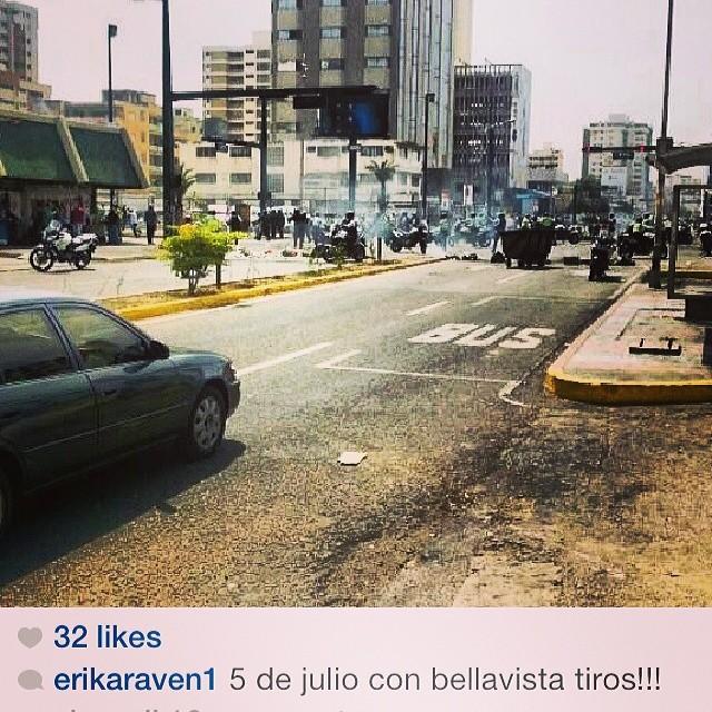 Desgraciados!!! Como si los estudiantes y protestantes estuvieran armados como la policía!!! Aaaaahhhhhh que impotenciaaaaaa!!!! NO TE RINDAS!!! EL QUE SE CANSA PIERDE!!! #lasalida #llegolahora #laluchasigue #venezuelacomoteextrano #venezuelatequierolibre #comomeduelesvenezuela #19f #soyvenezolano #sosvenezuela #prayforvenezuela #elquesecansapierde