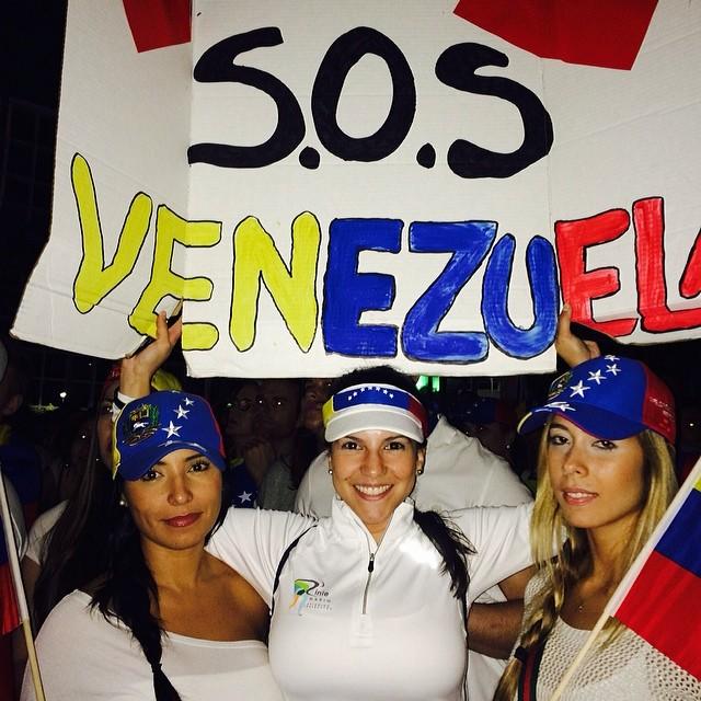 Nuestra ayuda y apoyo es en la calle!!! Que el mundo se entre que Venezuela sigue luchando por su libertad!!! La de los prisioneros!!! Y por la justicia de quienes murieron por ella!!! PA LA CALLE!!! Bayfront Park 7pm @rodnerfigueroa #lasalida #llegolahora #laluchasigue #venezuelacomoteextrano #venezuelatequierolibre #comomeduelesvenezuela #18f #soyvenezolano #sosvenezuela #prayforvenezuela
