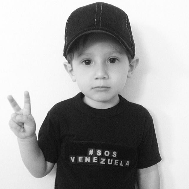 Mi hijado bello… Apoyando al pais donde nacio su mama y que quiere conocer!!! Te amo mi piojito hermoso!!! Por ti y por todo el futuro de nuestros niños… TENEMOS QUE SEGUIR LUCHANDO!!! #lasalida #llegolahora #laluchasigue #venezuelacomoteextrano #venezuelatequierolibre #comomeduelesvenezuela #2f  #12f #13f #14f #15f #16f #prayforvenezuela #soyvenezolano #sosvenezuela