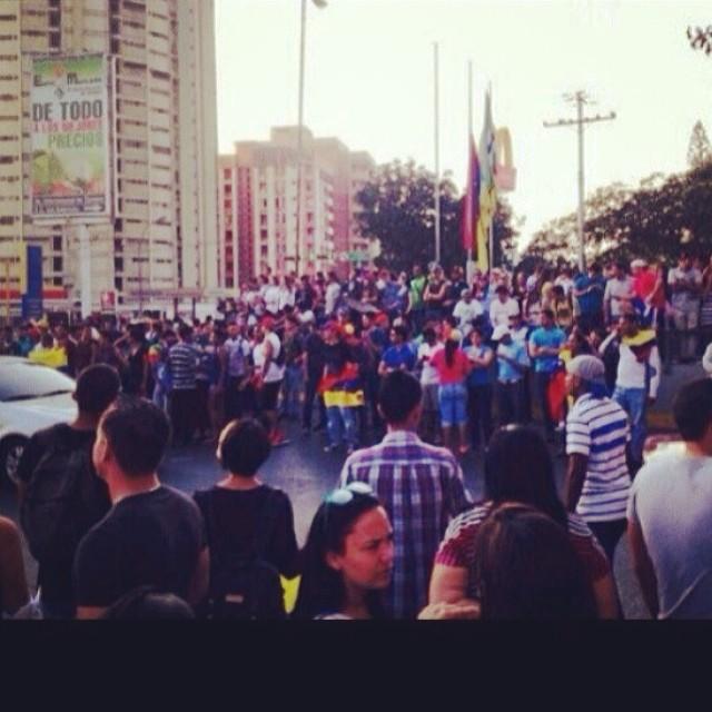 Aragua presente!!!! La lucha continua… Es ahora o nunca!!! #lasalida #llegolahora #laluchasigue #soyvenezolano #venezuelatequierolibre #venezurlacomoteextrano #comomeduelesvenezuela #12f #13f #14f #13fvnzlaenlacallenicolaspalconotevas