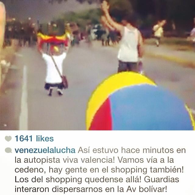 Miren el video en @venezuelalucha los estudiantes cantándole a los militares… Dios que valentía y que coraje!!! #lasalida #llegolahora #laluchasigue #13f #12f #14f #13fvnzlaenlacallenicolaspalconotevas #venezuelatequierolibre #venezurlacomoteextrano #soyvenezolano