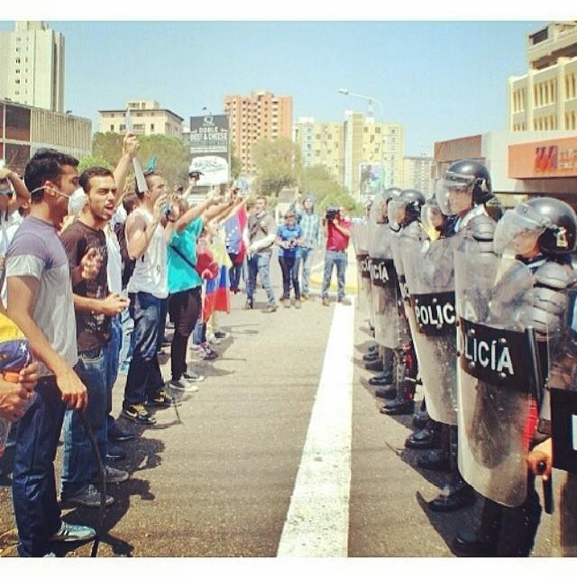 En Maracaibo… Con las manos en alto demostrando que no están armados…!!!! #laluchasigue #lasalida #llegolahora #venezuelatequierolibre #venezurlacomoteextrano #12f #13f #14f #13fvnzlaenlacallenicolaspalconotevas