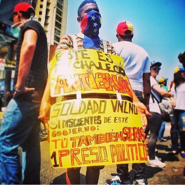 Ese es el chaleco antibalas que usan los estudiantes hoy desde las 9am en maracaibo!!!! #13fvnzlaenlacallenicolaspalconotevas #13f #12f #venezuelatequierolibre #venezurlacomoteextrano #soyvenezolano #lasalida #llegolahora