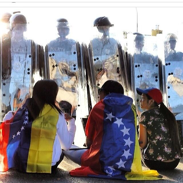 Tenemos que apoyarlos… Estan dando el todo por el todo por Venezuela… Donde sea que estes… Apoyalos!!! Haz sentir tu voz!!! Tu ayuda!!! Tu opinion!!! #lasalida #llegolahora #laluchasigue #venezuelatequierolibre #venezuelacomoteextrano #comomeduelesvenezuela #2f #12f #13f #14 #15f #16f #sosvenezuela #soyvenezolano #prayforvenezuela