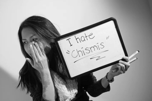 "Haniely holds up a sign that says "" I hate Chismis"""