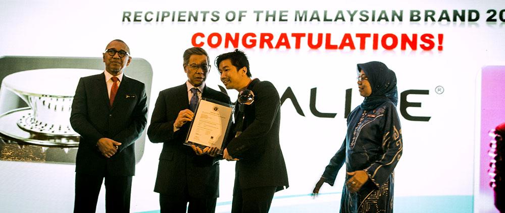 Recieving Award from the Minister of International Trade &Industry (MITI)Y.B.Dato'Sri Mustapa Bin Mohamed