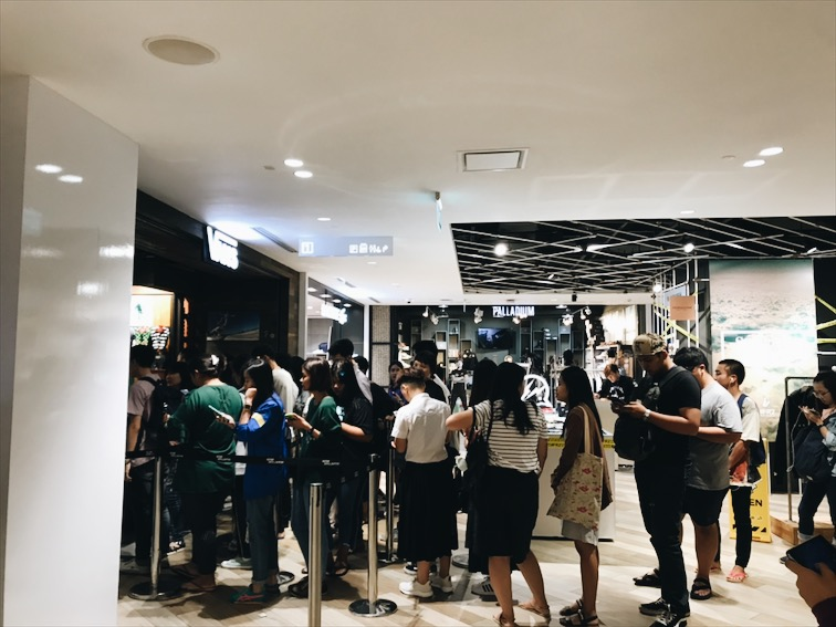 There was a long long line at Vans just for a sale. It's crazy how the hype on regular retail items are out here, its not even the exclusive stuff that the US kids normally line up for.