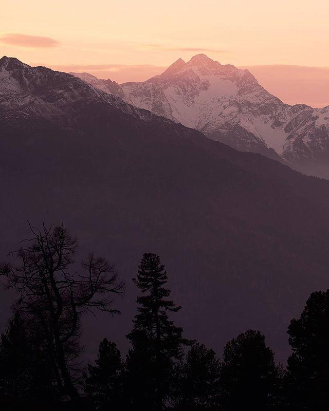 Some warmer colors to heat you up. #indiansummer #tirol #tiroleroberland #visittirol #fall #mountains #hiking #neverstopexploring