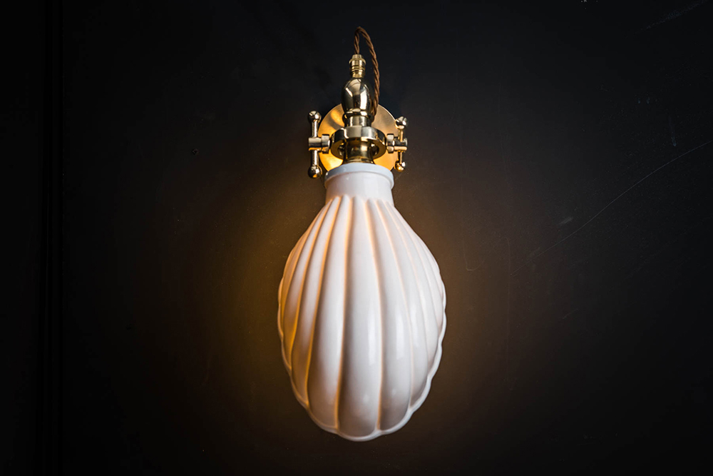 ADJUSTABLE BRASS AND BONE CHINA SHELL WALL LIGHT 01.jpg
