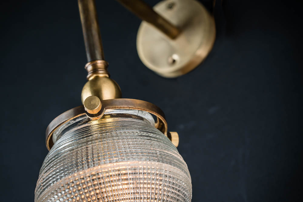 BRONZE_AND_CROSSCUT_GLASS_SURGICAL_WALL_LIGHT04.jpg